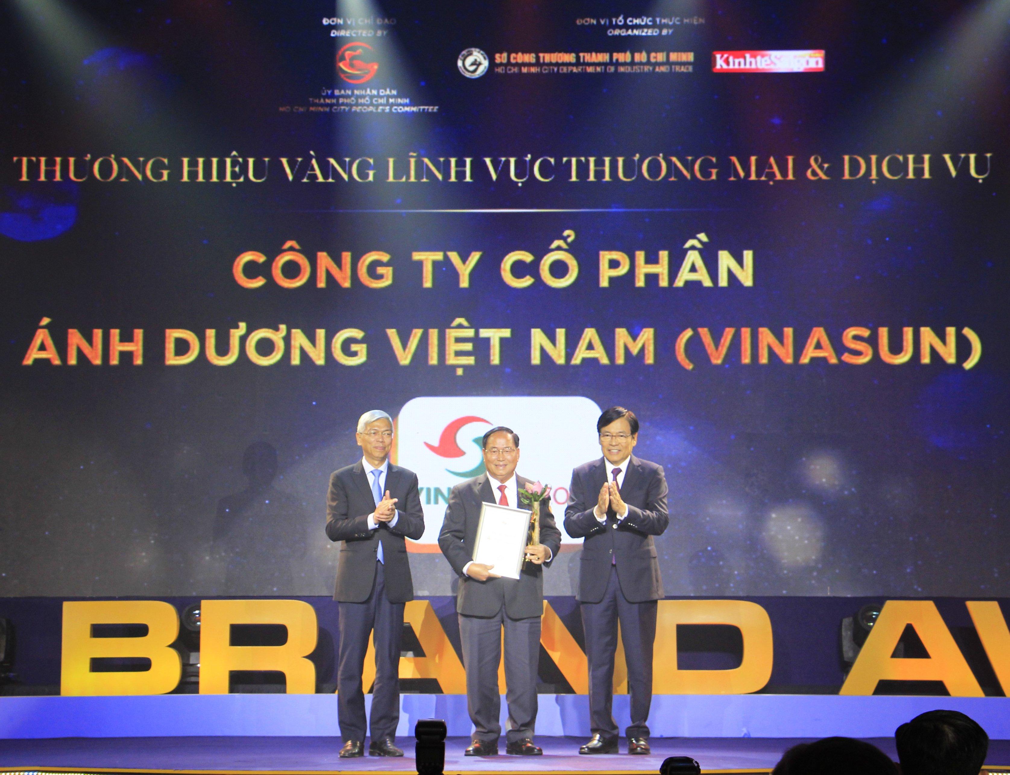 Ông Tạ Long Hỷ GĐ Taxi kiêm PTGĐ, đại diện Vinasun Taxi nhận giải thưởng Thương hiệu Vàng 2020